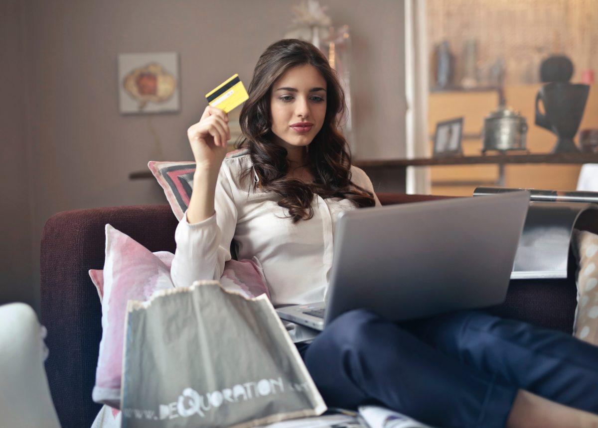 Mujer comprando en venta online tecnicas del 2020